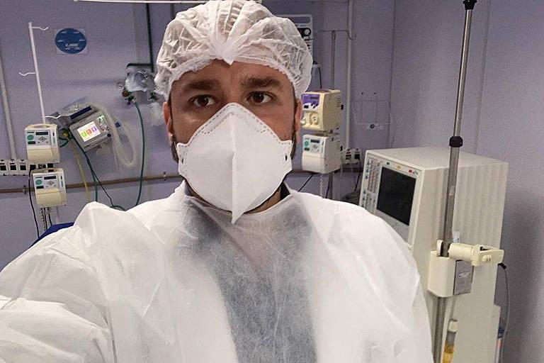 Médico em UTI com máscara e roupa cirúrgica
