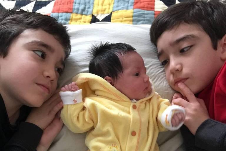 Vitor Kato Toledo, 12, Tomás Kato Toledo, 12, e Liv Kato Toledo, 4