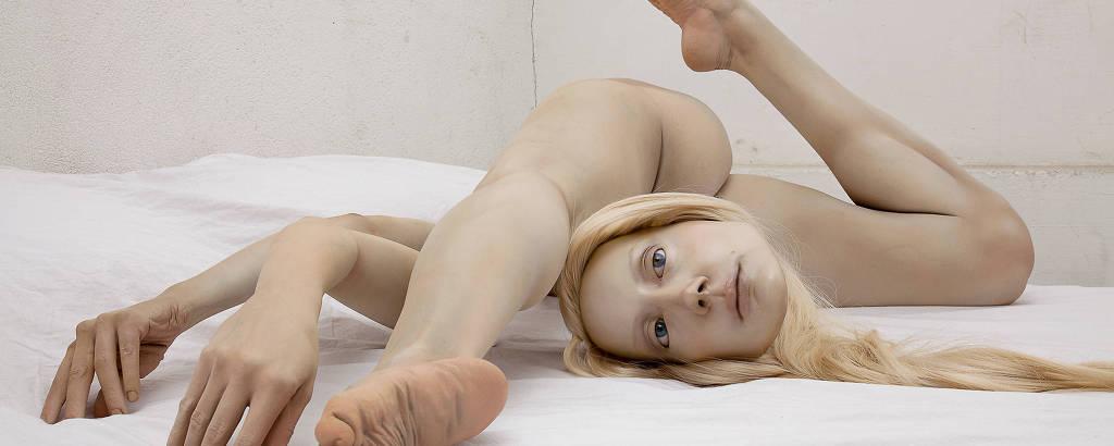 boneca realista com o corpo completamente desconstruído; a cabeça solta, a perna esquerda sobre os dois braços, a perna direita com o joelho dobrado