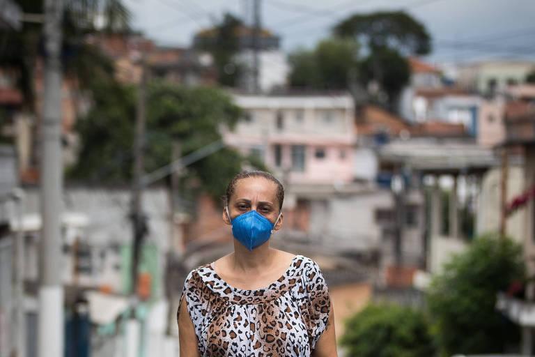 A moradora do Capão Redondo Marilene de Oliveira Lima, 47, que está com o irmão, João Pedro de Oliveira Lima, 40, internado em uma UPA esperando vaga em UTI, e os dois filhos também com covid-19.
