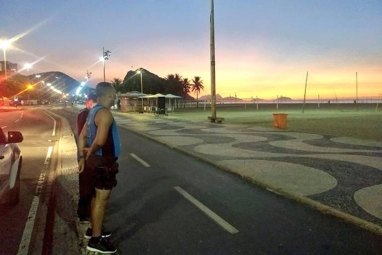 A orla do Rio é vigiada por guardas municipais para impedir a permanência do público
