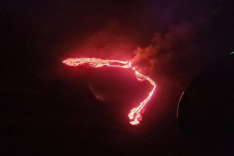 Vulcão Fagradalsfjall entrou em erupção nesta sexta (19), formando rios de lava