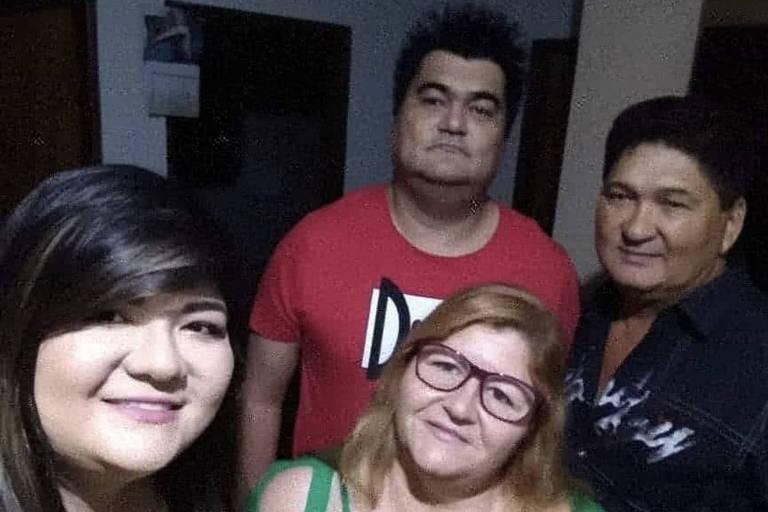 A jornalista Súzan Benites (à esq.) ao lado da mãe, Roseneide Nara, do irmão, Rafael Benites e do pai, Atanacildo Nara, em Campo Grande. Ela perdeu toda a família para a Covid-19 nos últimos dias