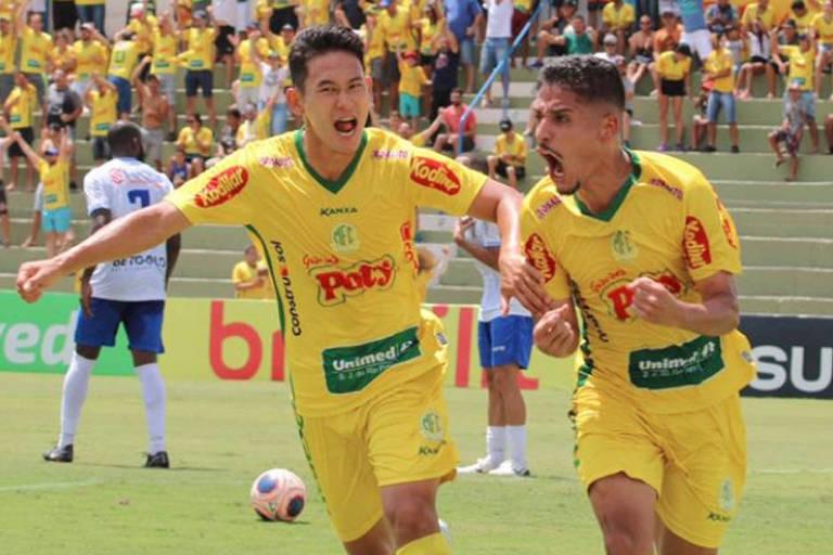 Neto Moura (à dir.) comemora o gol do Mirassol na vitória sobre o Santo André, em março de 2020, na última manhã com público no futebol de São Paulo