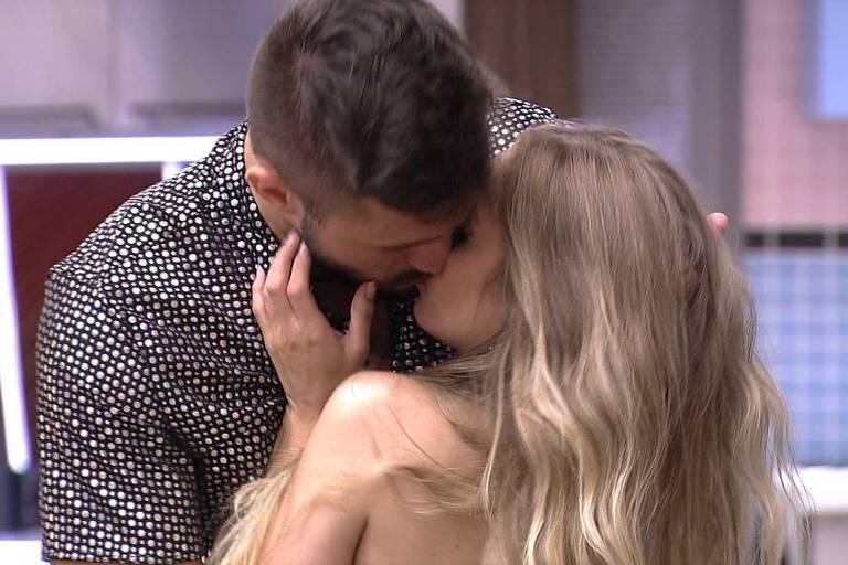 Arthur e Carla Diaz trocam beijos durante festa