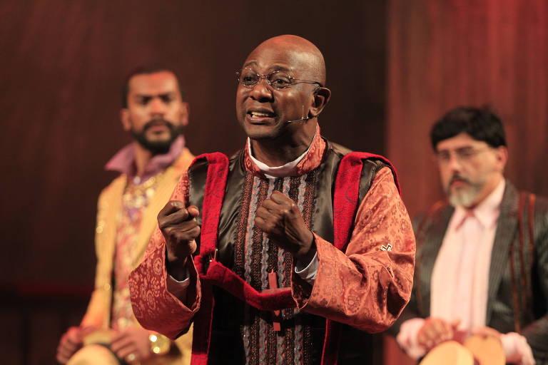 """Edson Montenegro (ao centro) em cena da peça """"Roque Santeiro"""""""