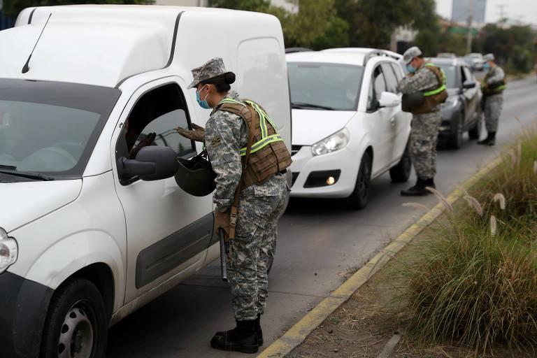 Militares atuam em barreira de controle de movimentação de veículos em Santiago