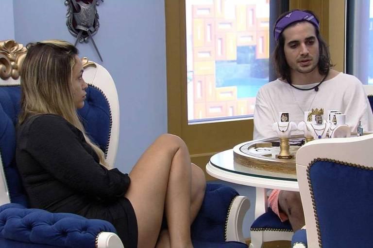 Fiuk conversa com Sarah e Gilberto no quarto do Líder