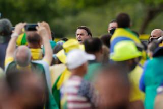 O presidente Jair Bolsonaro cumprimenta apoiadores, em Brasília (DF)