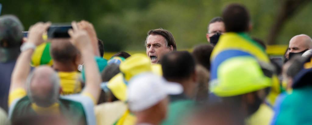 O presidente Jair Bolsonaro fala a apoiadores em frente ao Palácio da Alvorada