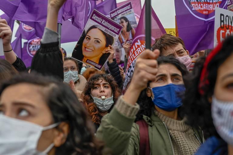 Manifestantes em Istambul protestam contra saída da Turquia de acordo internacional para proteção das mulheres