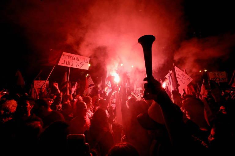 Manifestantes protestam contra o primeiro-ministro de Israel, Biyamin Netanyahu, em Jerusalém