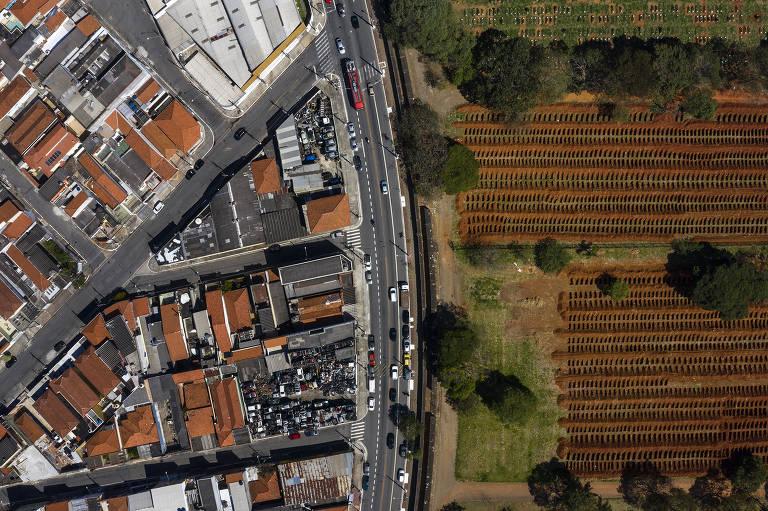 Fotógrafo registra um ano de pandemia no cemitério Vila Formosa