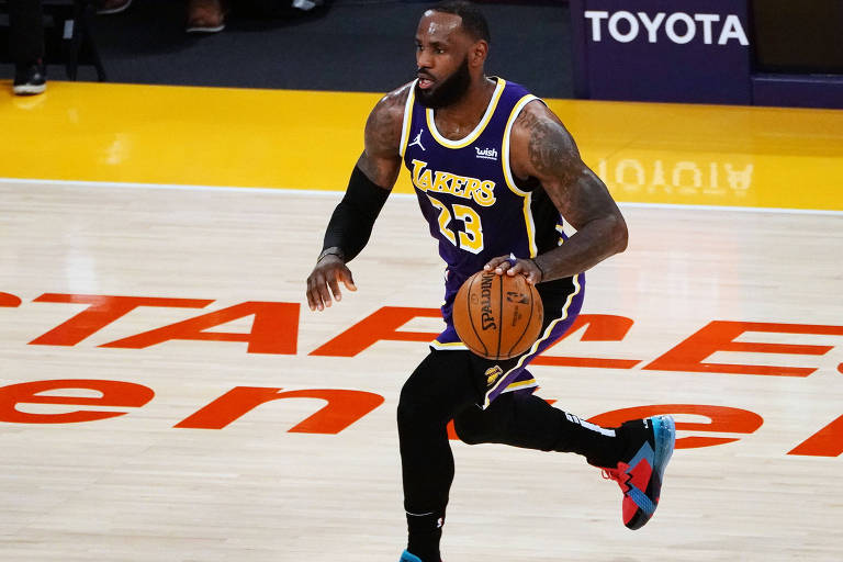 LeBron James, do Los Angeles Lakers, conduz a bola até a cesta
