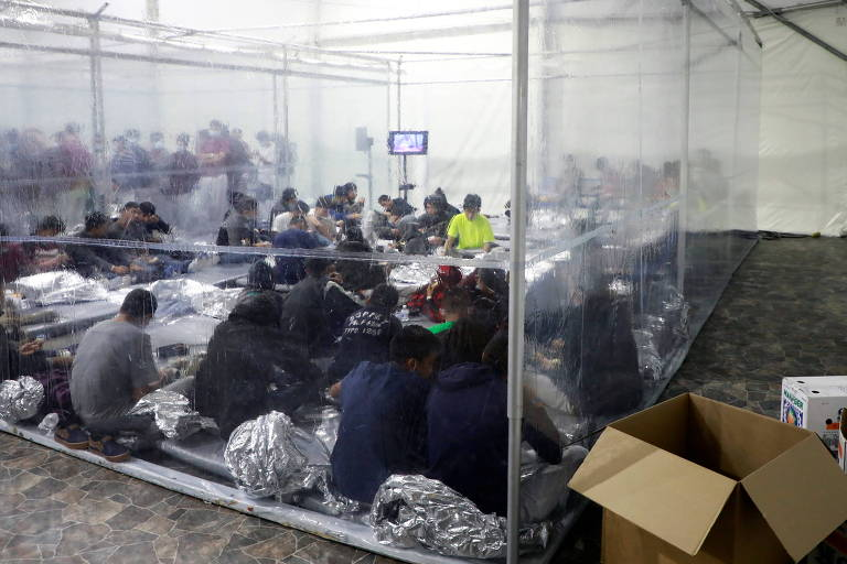 Migrantes, incluindo crianças desacompanhadas, em centro de detenção temporária em Donna, no Texas
