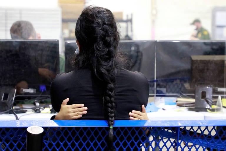 Criança abraça mulher imigrante dentro de centro de detenção temporário em Donna, no Texas