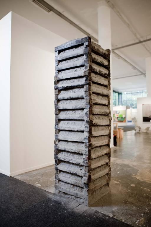 escultura com madeira e cinzas
