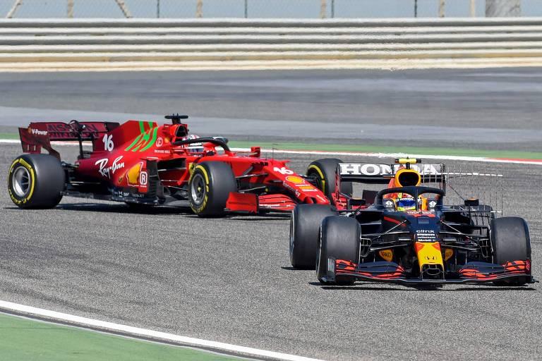 Sergio Perez, da Red Bull (à dir.), e Charles Leclerc, da Ferrari, durante treinos da pré-temporada da F1 no Bahrein
