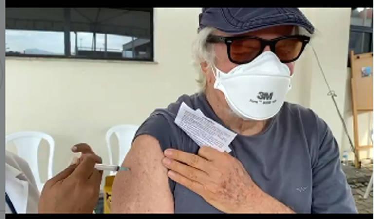 O ator Reginaldo Faria, de 83 anos, toma a segunda dose da vacina contra a Covid 19