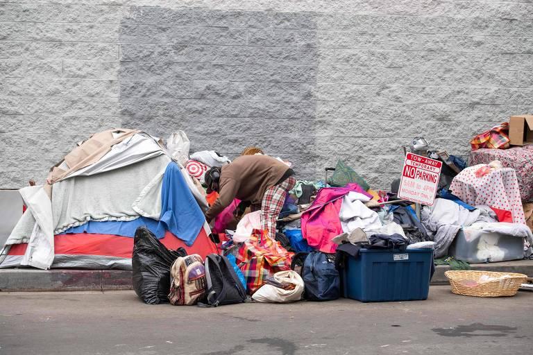 Morador de rua em Los Angeles; pobreza foi agrava pela pandemia