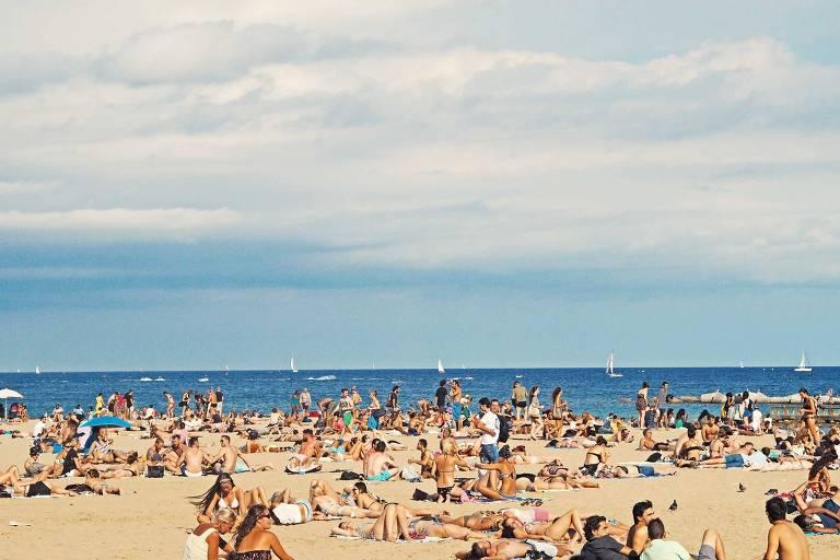 Paisagem de praia lotada de turistas