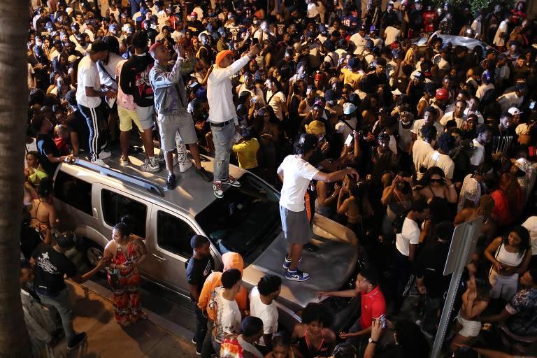 Pessoas se aglomeram em Miami Beach antes do início do toque de recolher no último domingo (21)
