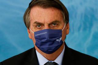 Presidente Jair Bolsonaro usa máscara com seu nome