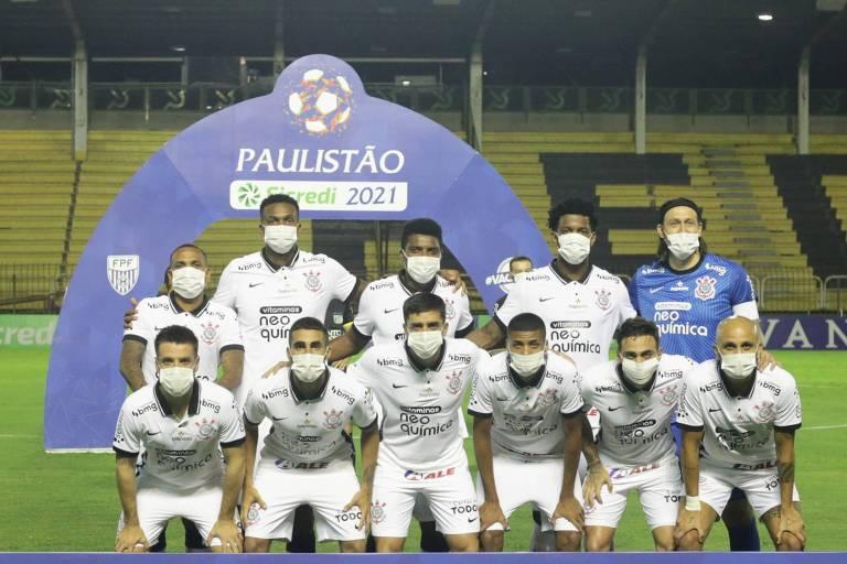 Jogadores do Corinthians entram em campo usando máscara antes de partida contra o Mirassol, em Volta Redonda