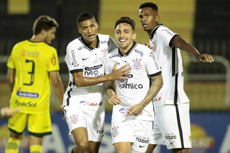 Observado por Jô, Gustavo Mosquito (à dir.) comemora o gol da vitória do Corinthians sobre o Mirassol com Rodrigo Varanda; o duelo foi realizado em Volta Redonda (RJ)