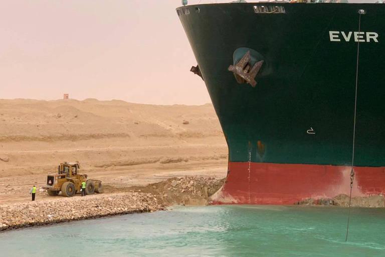 Navio de 400 metros de comprimento encalha e provoca 'congestionamento' no Canal de Suez