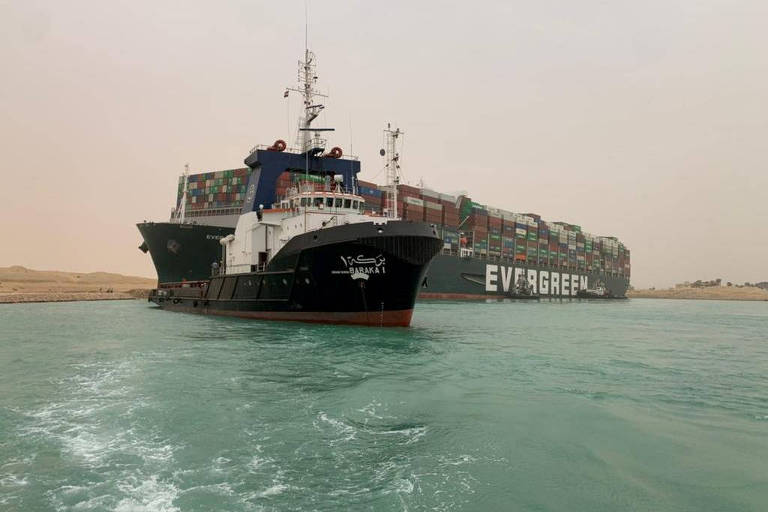 De acordo com a empresa, a suspeita é que o navio tenha recebido uma súbita rajada de vento forte, que fez com que ele desviasse de seu curso