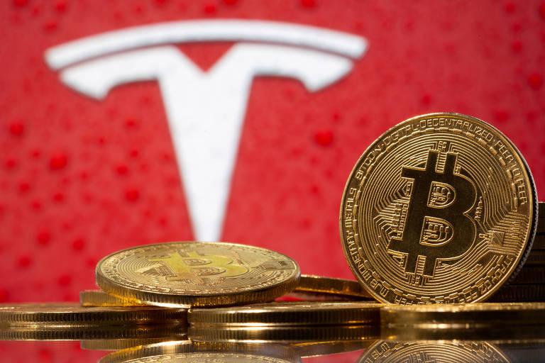 Símbolos do bitcoin e da Tesla; carros da gigante poderão ser adquiridos com criptomoeda