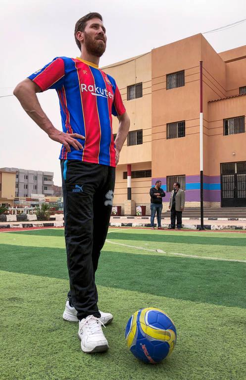 Sosia de Leonel Messi posa com crianças no Egito
