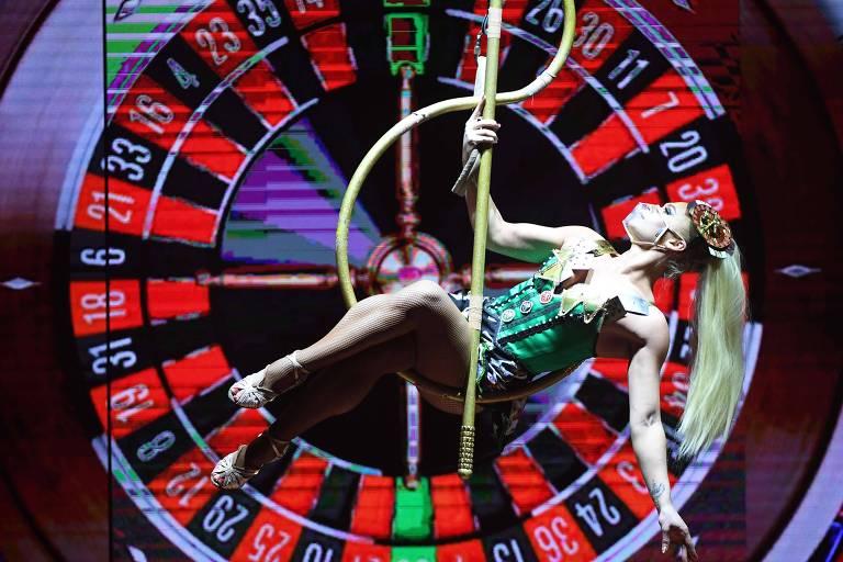 Dançarina de máscara durante o show 'Extravaganza - The Vegas Spectacular', em cartaz em Las Vegas