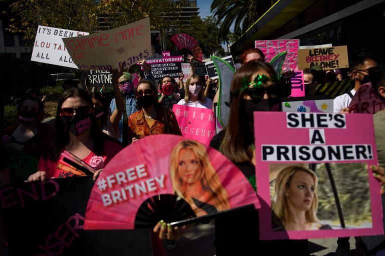 Apoiadores do movimento #FreeBritney em frente a uma audiência relativa à tutela de Britney Spears, em 2021, em Los Angeles