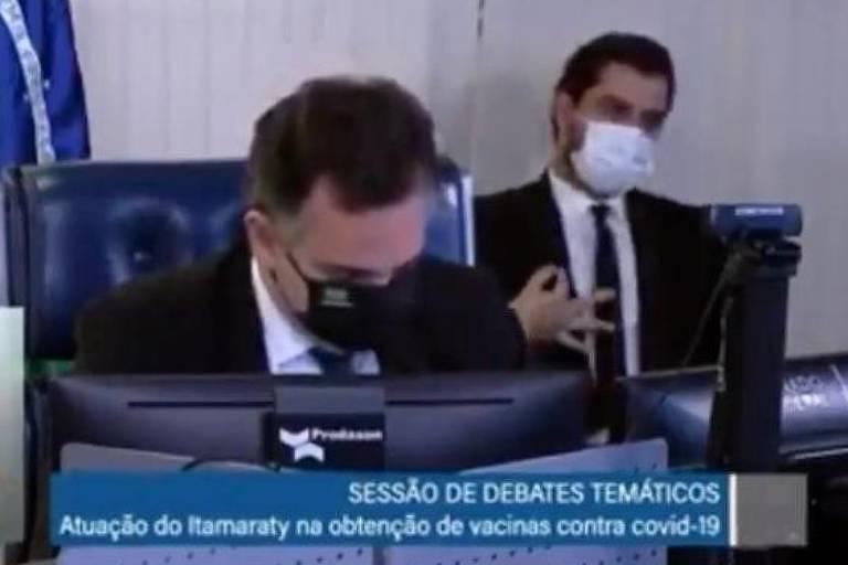Pacheco manda investigar assessor de Bolsonaro que fez gestos obscenos em sessão do Senado