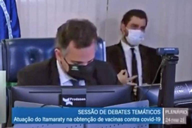 Em meio a uma sessão do Senado, o assessor internacional da Presidência da República, Filipe Martins, é flagrado fazendo gesto ligado ao movimento supremacista branco às costas do presidente do Senado, Rodrigo Pacheco