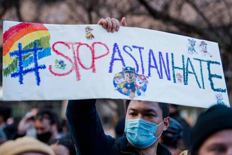 """Homem de máscara segura cartaz com os dizeres #StopAsianHate, ou """"Pare o ódio a asiáticos"""", em tradução livre"""