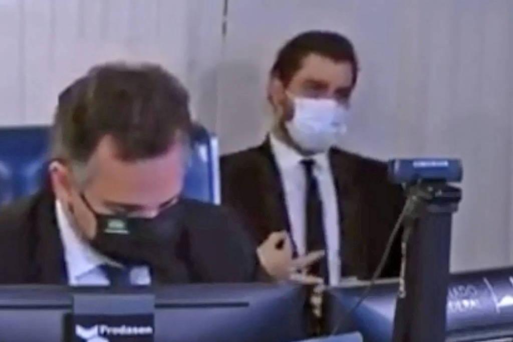Juiz absolve assessor de Bolsonaro acusado de fazer gesto racista no Senado
