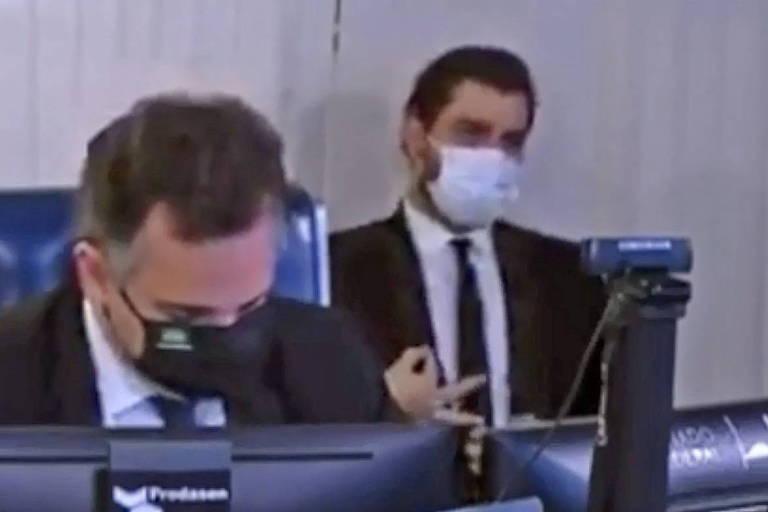 Filipe Martins, assessor de assuntos internacionais da Presidência, faz gesto obsceno e racista durante sessão no Senado
