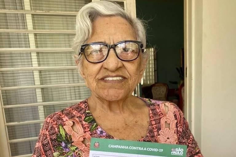 Imagem mostra a senhora Guiomar Oliveira, 100, mãe de Sócrates e Raí