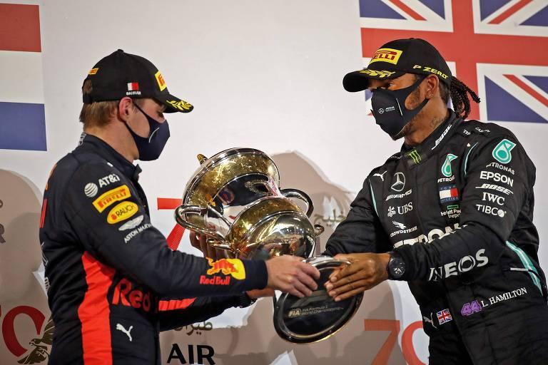 Max Verstappen e Lewis Hamilton no pódio do GP do Bahrein em 2020