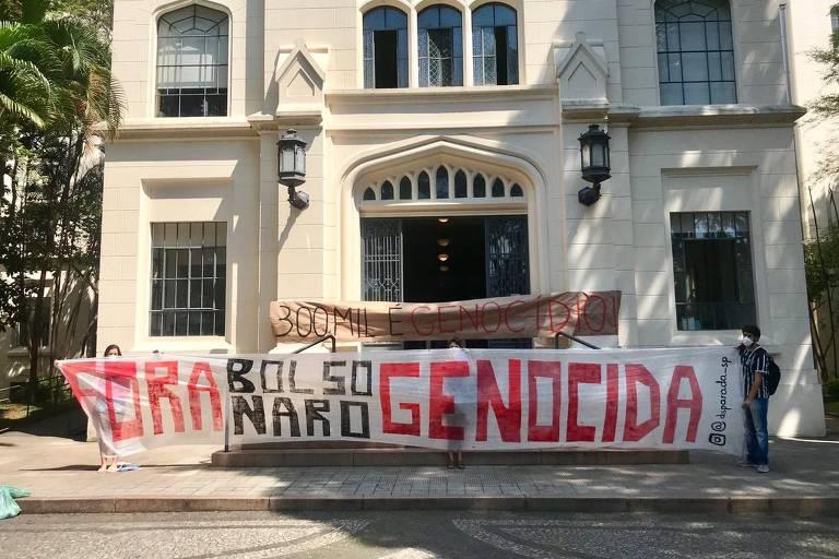 Alunos da Faculdade de Medicina da USP fazem protesto contra Bolsonaro durante visita do ministro da Saúde à instituição