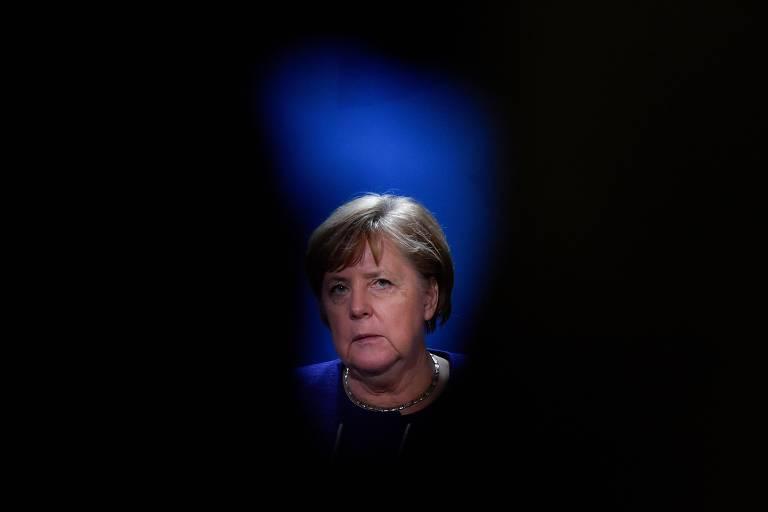 Rosto de Merkel com alo escuro em volta