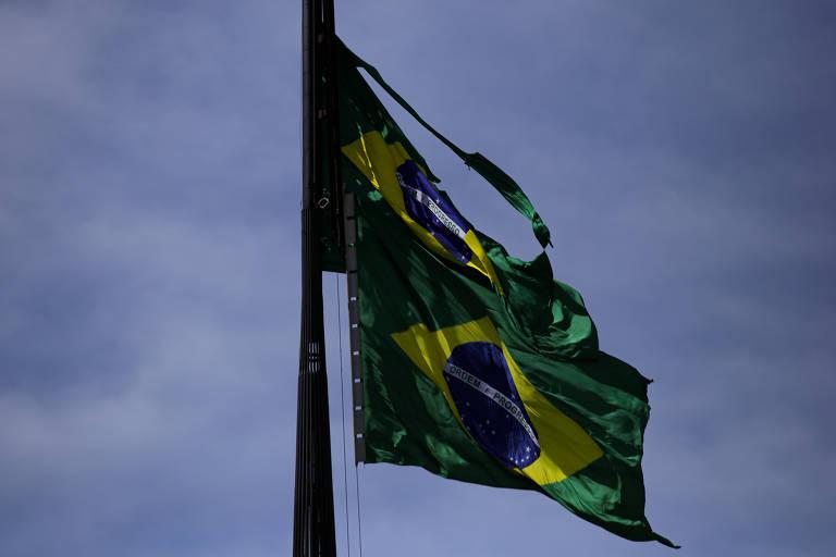 Substituição da bandeira nacional instalada na praça dos Três Poderes, em Brasília