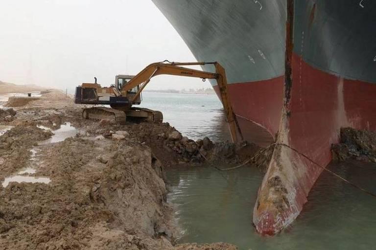 Dona de navio que 'entalou' no Canal de Suez pede desculpas por engarrafamento marítimo