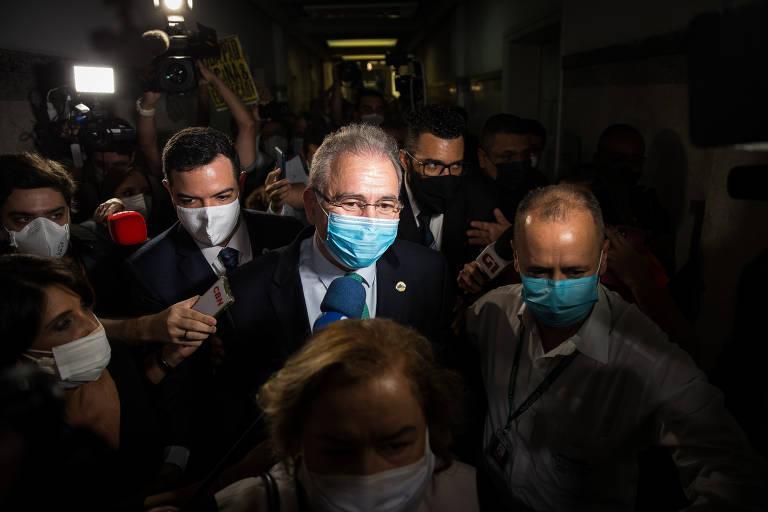 O ministro da Saúde, Marcelo Queiroga, de máscara, circula entre jornalistas e estudantes. Há aglomeração