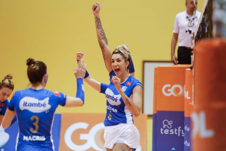 Thaisa e Macris festejam ponto pelo Minas na semifinal da Superliga