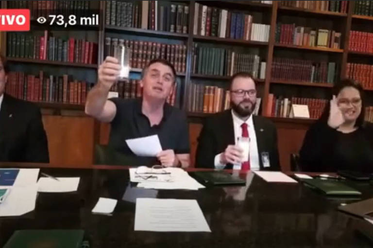 Bolsonaro toma um copo de leite em transmissão ao vivo no ano passado