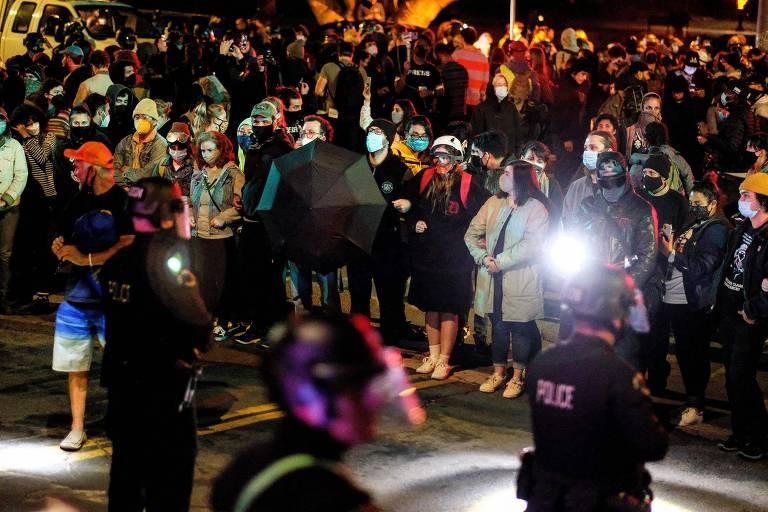 Manifestantes protestam contra fechamento do Echo Park, em Los Angeles, e remoção de acampamento de moradores de rua